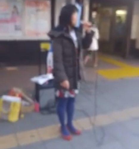 社民党増山麗奈が点字ブロックの上で街頭演説