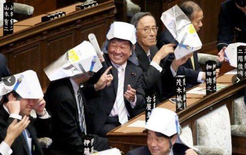 古谷圭司議員と茂木敏充議員が防災ヘルメットでチャンバラ