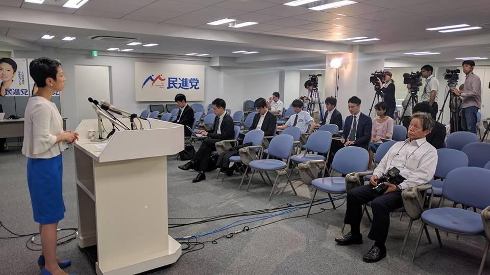 柿沢未途議員が投稿した民進党蓮舫代表の定例会見の様子