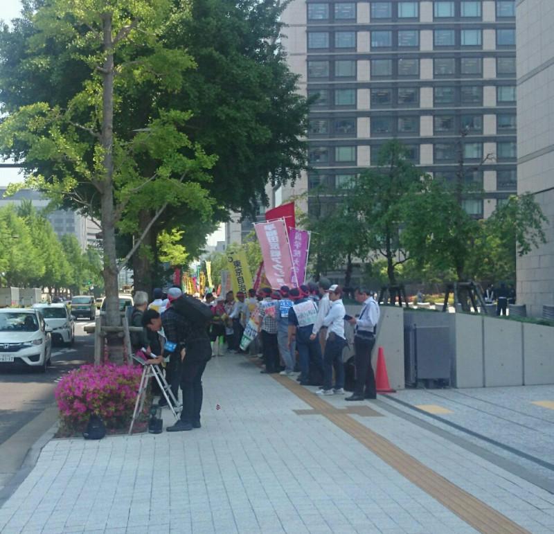 和田政宗議員が指摘した点字ブロック占拠画像