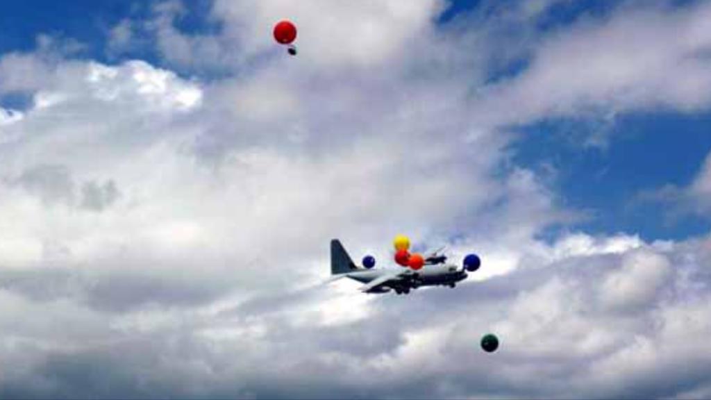 妨害風船をかいくぐる米軍空中給油機のタッチアンドゴー