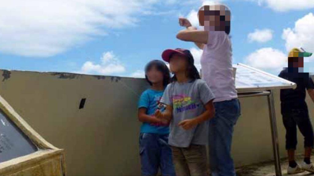 米軍機を妨害する親子が風船を飛ばす
