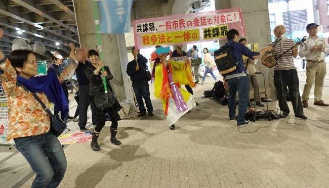 5月13日新宿駅南口沖縄県民の偽物が街頭宣伝