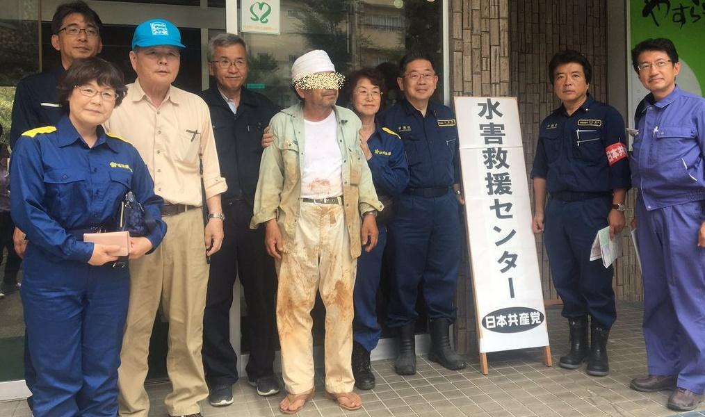 日本共産党・小池晃が鬼畜写真を投稿、被災者らしき男性を連れてきて記念撮影