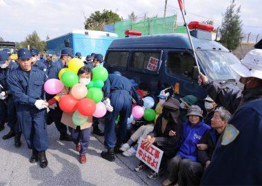 懲りない沖縄左翼!工事車両の前に立ちふさがって逮捕された女性、昨年の6月にも逮捕されていた!
