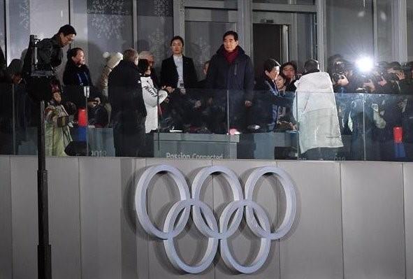 炎上!朝日新聞が悪質な印象操作写真を投稿、安倍首相が金与正と文在寅の握手に気が付かない瞬間切り取り