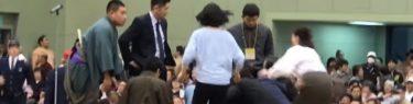 大相撲土俵で市長倒れ、女性が心臓マッサージ!→協会「女性は土俵から降りてください」マイクで吠える!
