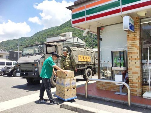 災害デマ「自衛隊が支援物資をコンビニに輸送し販売された」深刻な食糧・水不足は避難所以外で起きている