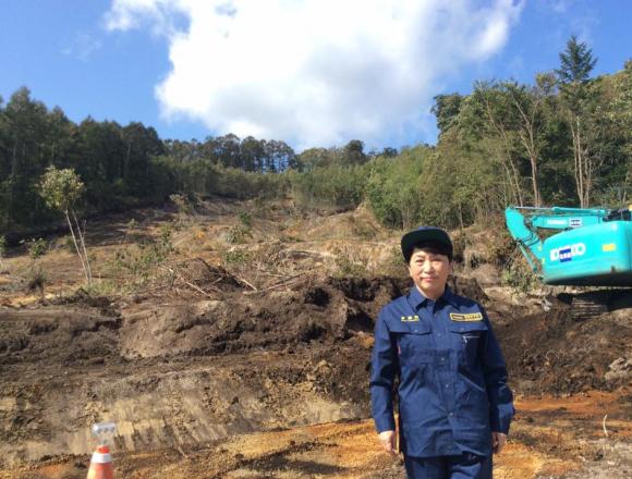 炎上!福島瑞穂さんが北海道被災現場で記念写真「山が崩れて、家などを押しつぶしてしまいました」