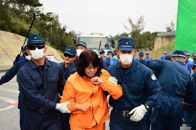 【辺野古】立憲民主党・阿部知子議員が機動隊に無事連行される!同行者の写真に写りこむ姿がほぼ心霊写真