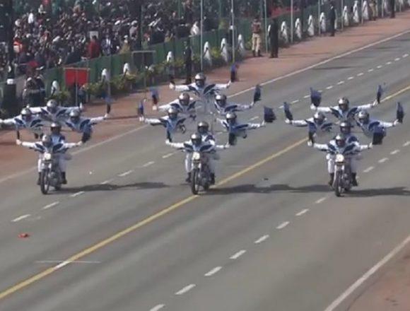 インドが中国の海洋進出を牽制する軍事パレード「どうだ参ったか!これがインド軍名物の曲乗りだー!」