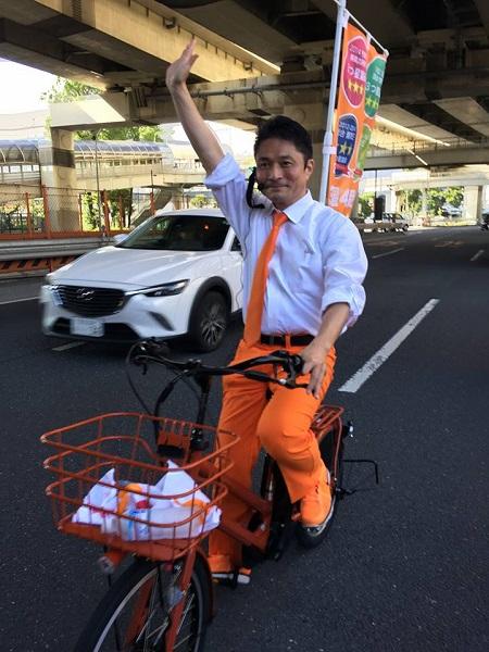 立憲民主候補、街宣で道交法違反?自転車に旗立て片手運転、過去には柿沢未途議員が同様のスタイルで爆走