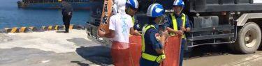 琉球新報「抗議の市民を警備員がネットで囲い込んだ!」沖縄タイムス「人権侵害だ!」←安全防護柵に自分から突入しただけでした