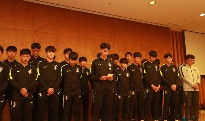 韓国サッカーU-18代表が優勝トロフィーを踏み付け小便かけのポーズ→主催の中国が激怒!優勝を剥奪処分、大会からの追放も示唆