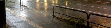 【非道】台東区がホームレス男性の避難所受け入れを拒否→強風と雨の中、軒下でビニール傘を広げ一晩過ごすことに