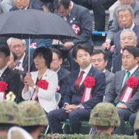 【衝撃写真】森ゆうこ議員の無礼な態度に批判殺到!自衛隊式典の来賓席で自分だけ傘を差し非常識さを遺憾なく発揮