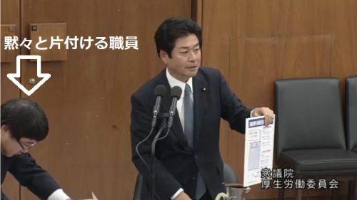 【動画】山井和則さん、委員会で興奮しすぎてコップをひっくり返す→黙々と水浸しの質問席を片付ける職員が泣ける