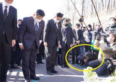 これぞマスゴミ!軽井沢スキーバス事故現場で大臣が黙祷→這いつくばり下から顔を撮影するカメラマン